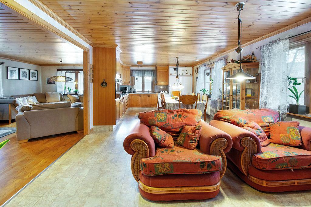 Från entré , vardagsrum till vänster och kök rakt fram.