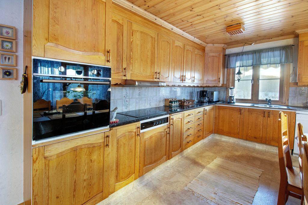 Köket med nya vitvaror och bänkskivor.