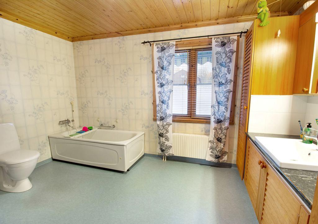 Badrum med dusch, badkar och bastu.