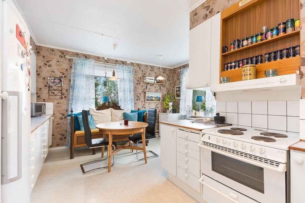 Ovan plan, Lägenhet. Kök i L-form med fönster i två väderstreck
