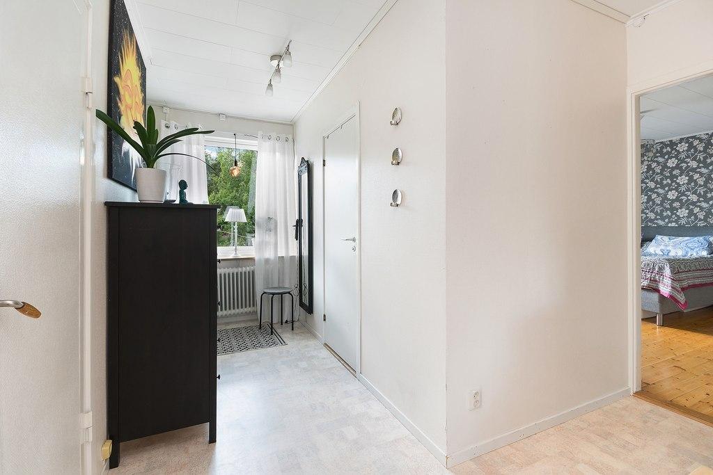 Ovan plan, Lägenhet. Inre hall, sett från vänster: Dörr till vind med möjlighet till mer boyta, dörr till badrum, öppet till sovrum