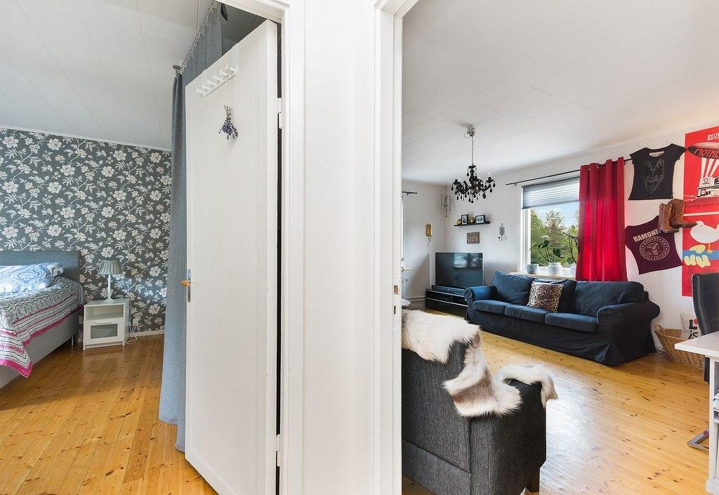 Ovan plan, Lägenhet. Inre hall med ingång till sovrum samt vardagsrum