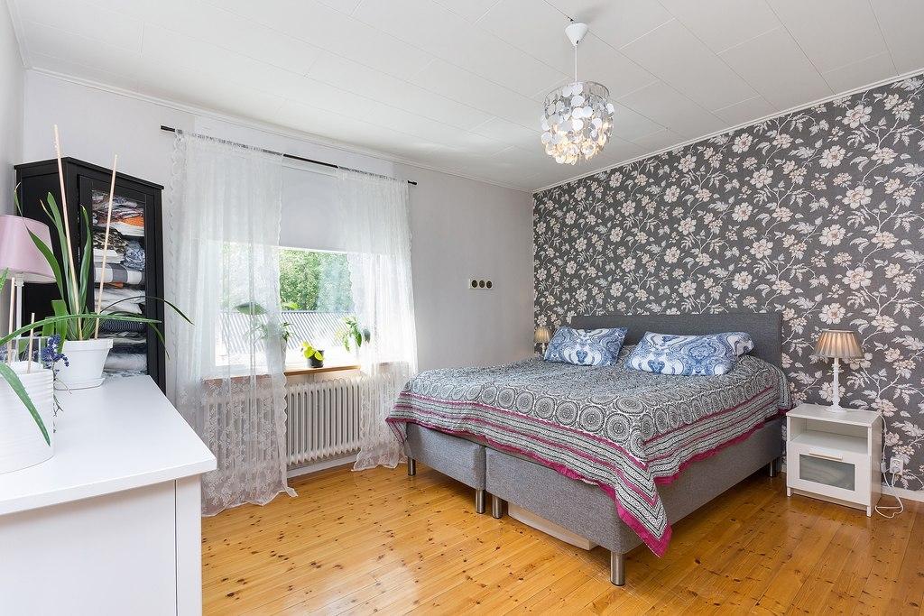 Ovan plan, Lägenhet. Sovrum med härlig fondtapet
