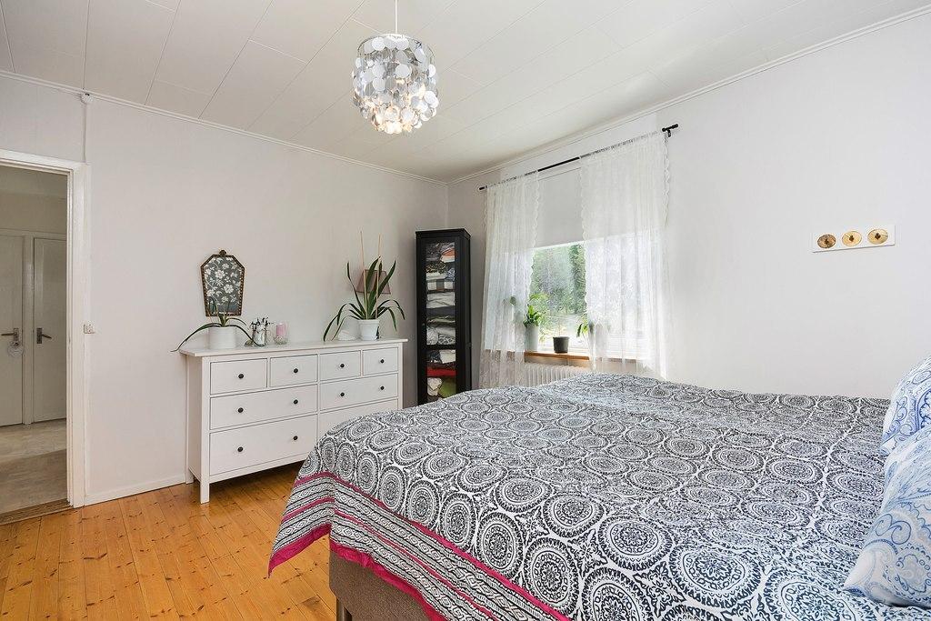 Ovan plan, Lägenhet. Sovrum med fönster mot innergården