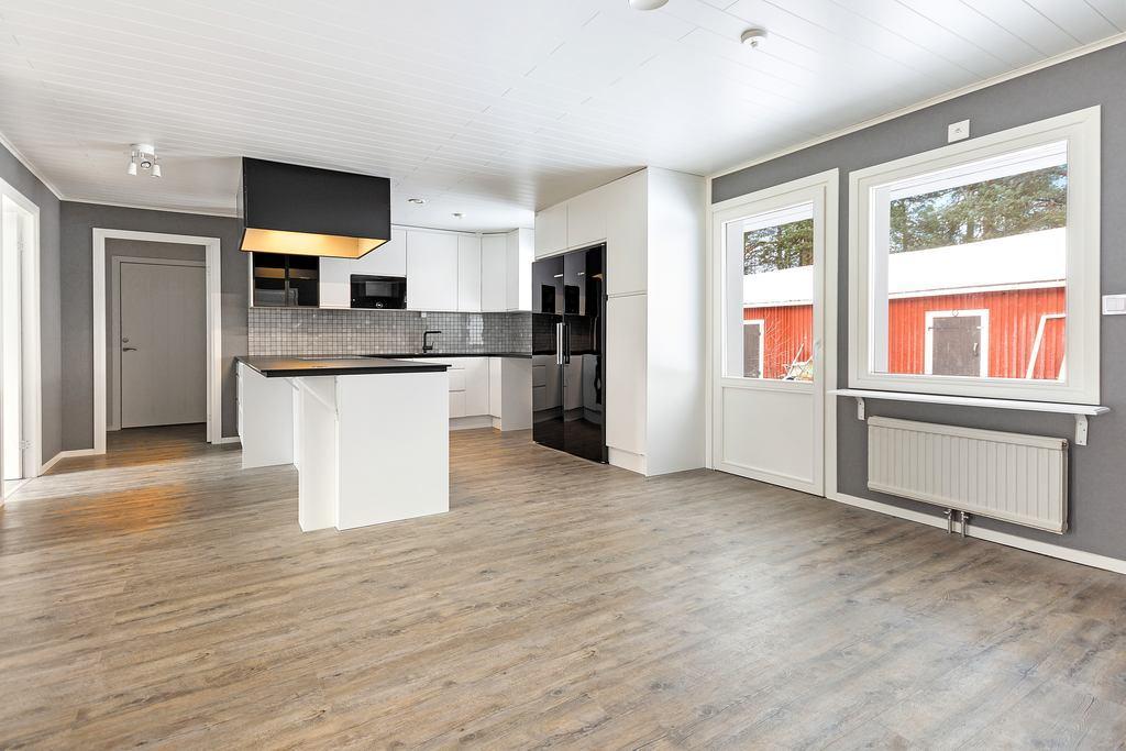 Luftigt kök med plats för matbord. Utgång till husets baksida via altandörren.