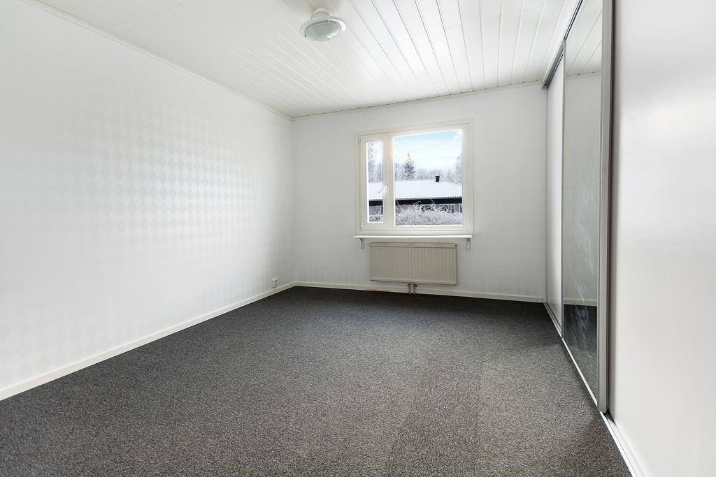 Sovrummet har garderobsvägg med skjutdörrar.