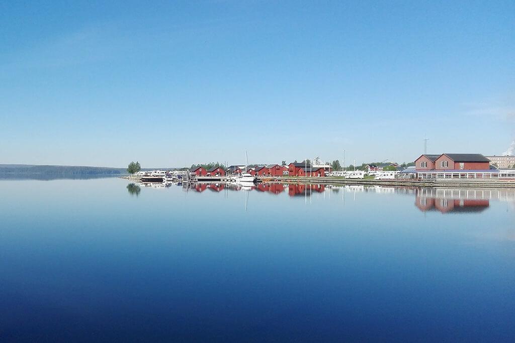 Hamn i Piteå med spegelblank vatten